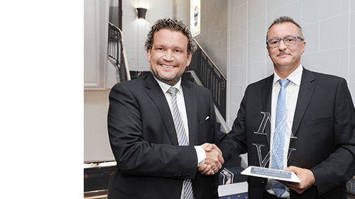 Michael Reimes, Head of Procurement Packaging & Indirect Spend at Mäurer & Wirtz, presents Bernd Stauch, Senior Director Sales Cosmetics at Gerresheimer, with the Best Supplier Award for outstanding services in 2016.